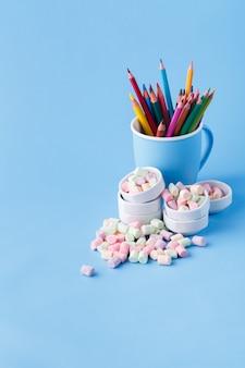 Lápis de cor prontos para desenhar em fundo azul