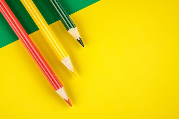 Lápis de cor sobre fundo amarelo