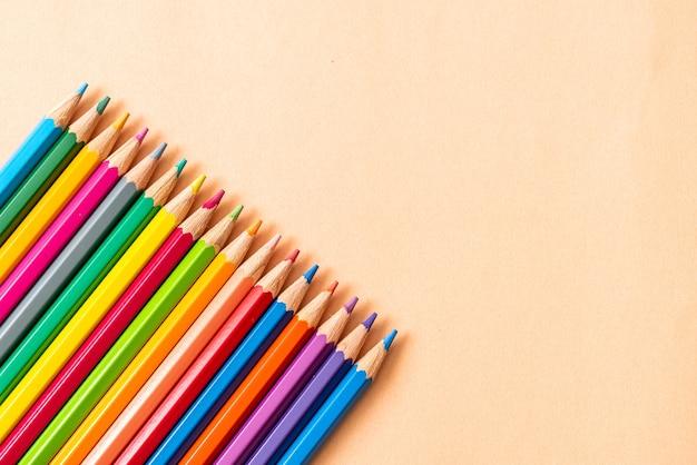 Lápis de cor sobre fundo de papel com espaço de cópia