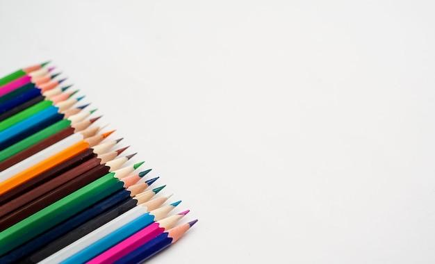 Lápis de cor sobre um fundo branco, com espaço para o seu texto, em branco para banner