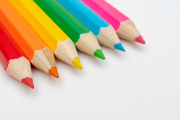 Lápis de cor sobre um fundo branco.