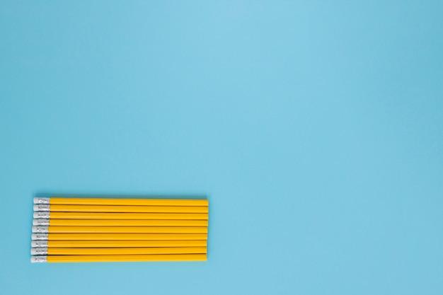 Lápis de escrita colocados uniformemente um em direção ao outro