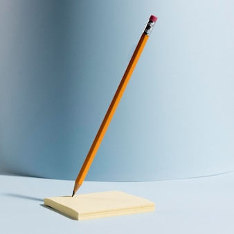 Lápis de escritório close-up em cima de notas autoadesivas