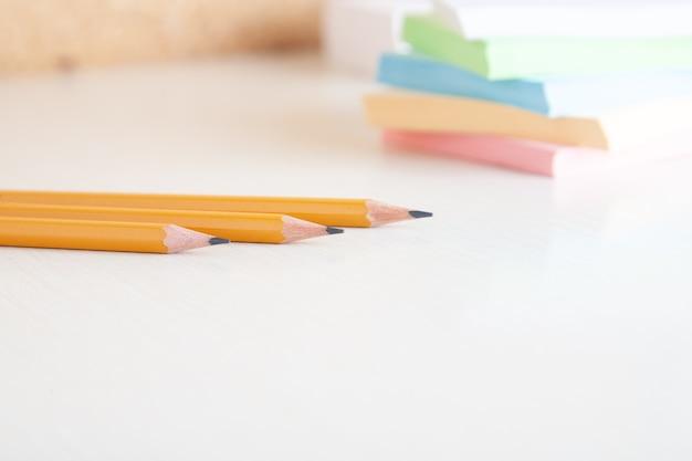 Lápis de grafite amarelo e pilha de anotações