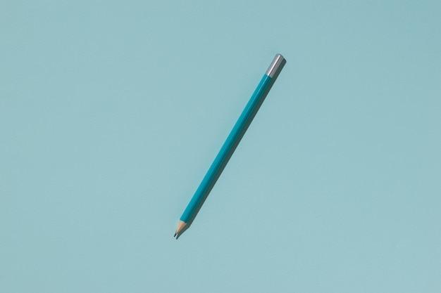 Lápis de grafite azul sobre uma superfície leve