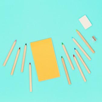 Lápis de madeira e bloco de desenho amarelo para desenho