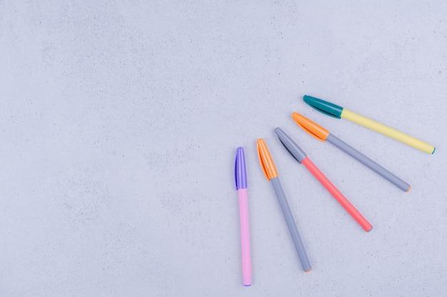 Lápis de mandala multicoloridos isolados em superfície cinza