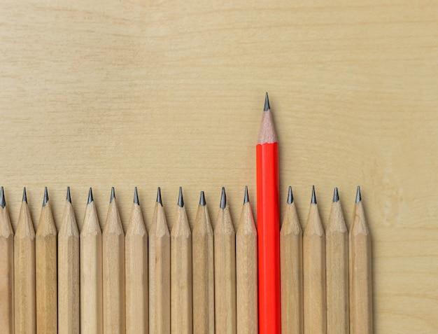 Lápis diferente se destacam dos outros mostrando o conceito