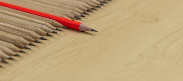 Lápis diferentes destaque conceito de liderança.