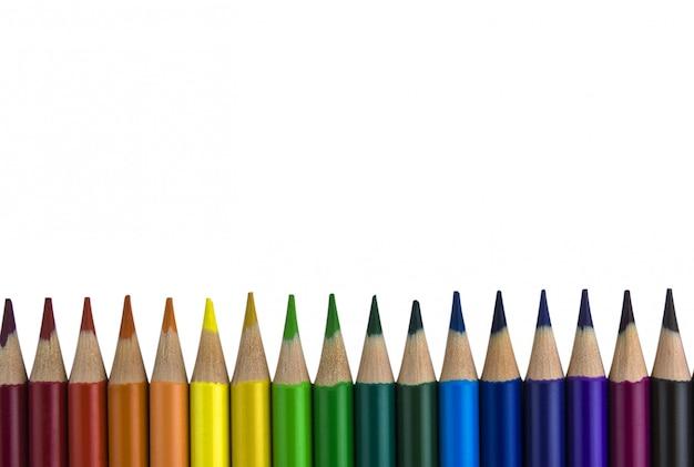 Lápis dispostos em uma fileira.