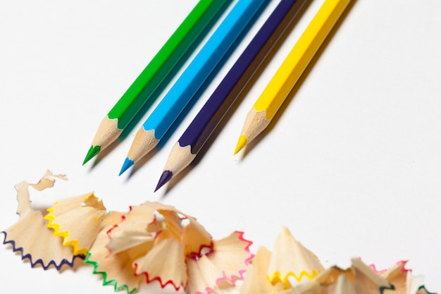 Lápis e aparas de lápis, isolados no fundo branco