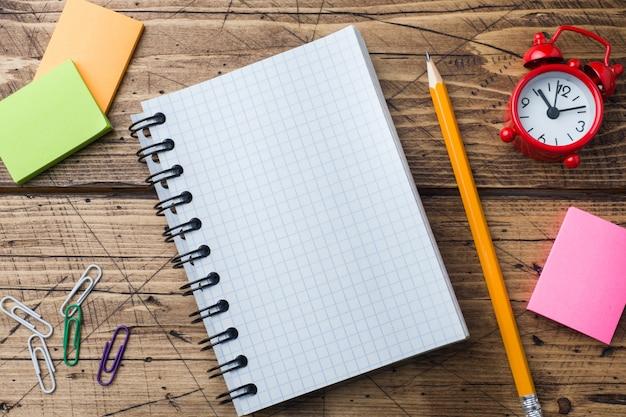 Lápis e bloco de notas com espiral no escritório e na escola textured de madeira do conceito da tabela. foco seletivo. copie o espaço.
