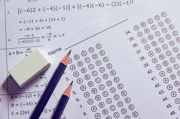 Lápis e borracha nas folhas de respostas ou no formulário de teste padronizado com as respostas borbulhando.