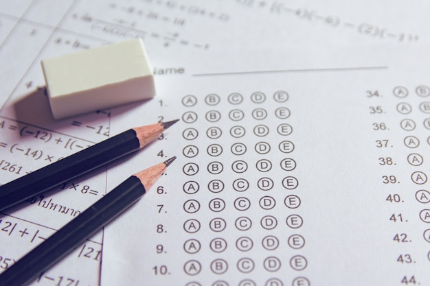 Lápis e borracha nas folhas de respostas ou no formulário de teste padronizado com bolhas de respostas. folha de respostas de múltipla escolha