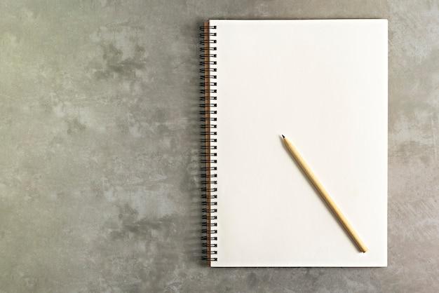 Lápis e caderno em branco