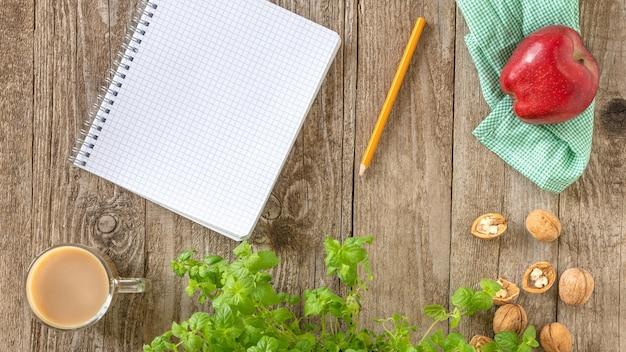 Lápis e caderno em cima da mesa.
