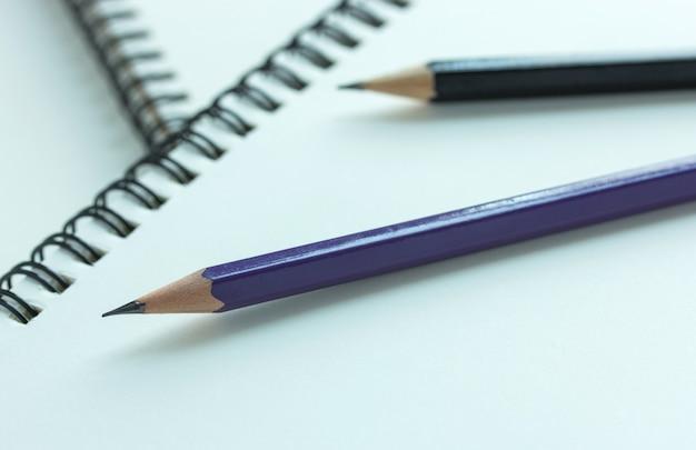 Lapis e caderno em espiral, ponto de foco seletivo