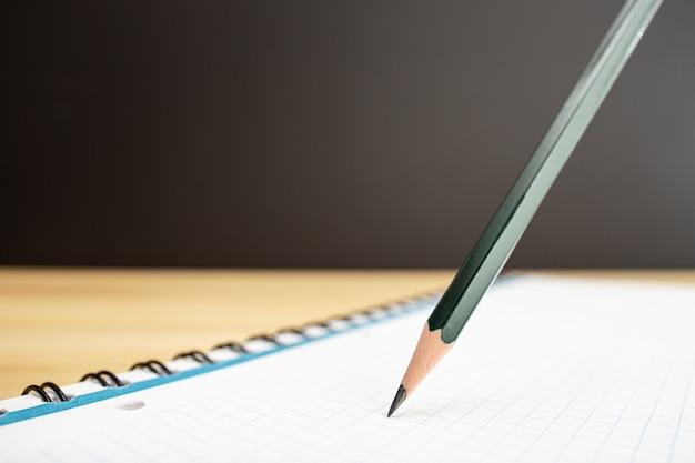 Lápis e caderno fecham. idéia, estudar ou escrever o conceito. copie o espaço