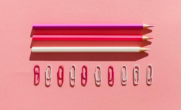 Lápis e clipes de papel planos