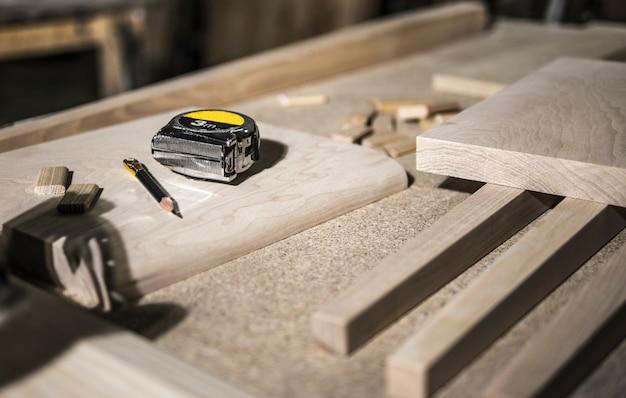 Lápis e fita métrica, blanks de madeira