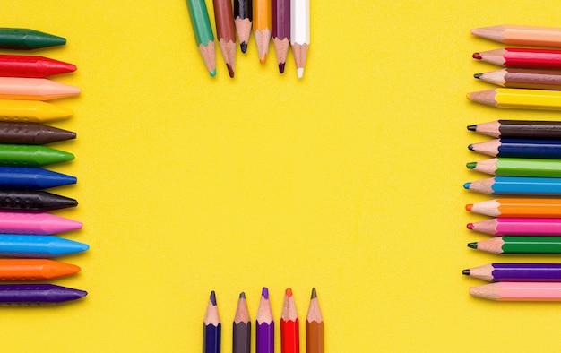 Lápis e giz de cera para desenhar. conceito de passatempo infantil criativo
