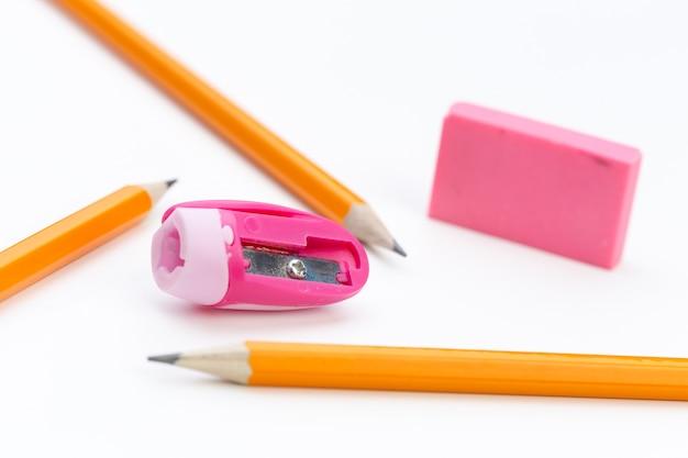 Lápis e lápis sharperner em papel branco