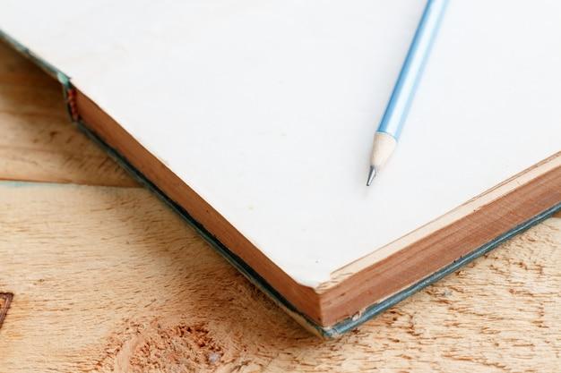 Lápis e livro Foto Premium