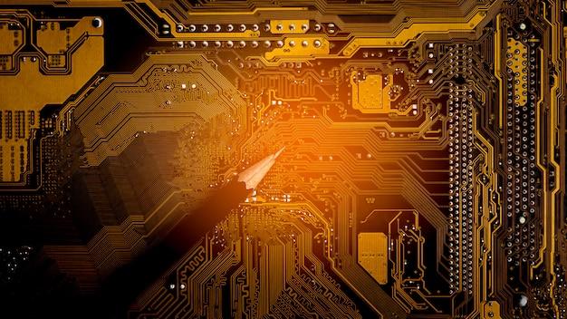 Lápis e placa de circuito de computador brilhante. - conceito de idéias e sugestões.