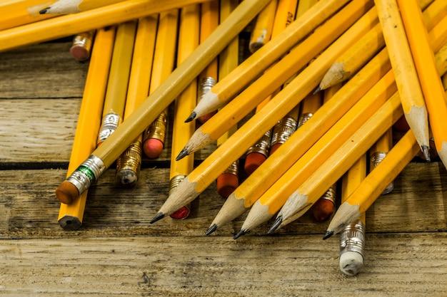 Lápis em amarelo