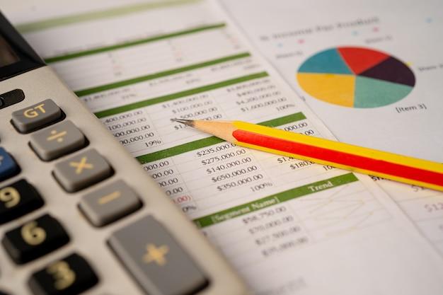 Lápis em gráfico ou papel quadriculado. conceito de dados financeiros, de contas, de estatísticas e de negócios.