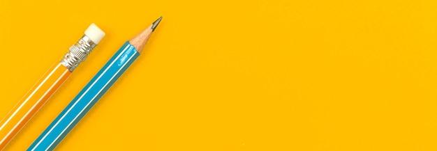 Lápis escolar na área de trabalho amarela, conceito de banner educacional com espaço de cópia, foto de vista superior
