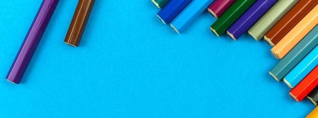 Lápis escolares de cores de banner em um fundo de mesa pastel brilhante, espaço de cópia, foto de vista superior