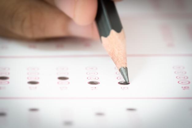 Lápis escrevendo a resposta da pergunta do exame de teste