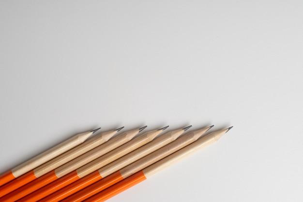 Lápis isolado no branco