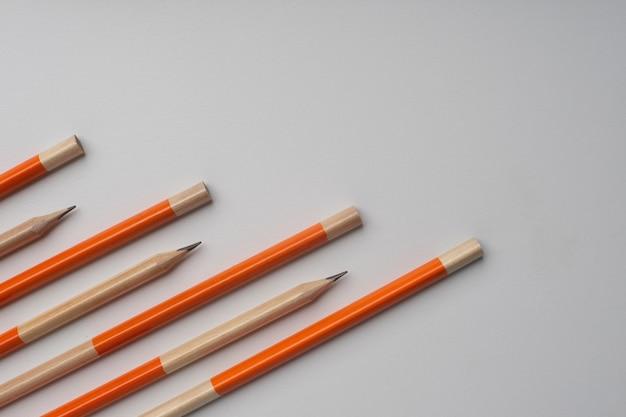 Lápis isolados em fundo branco