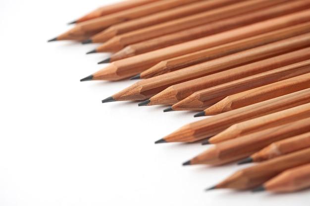 Lápis isolados no fundo branco