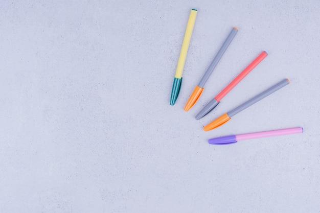 Lápis lineares multicoloridos para colorir ou fazer mandala