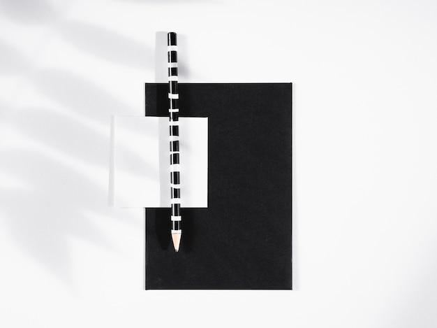 Lápis listrado preto e branco em um papel preto