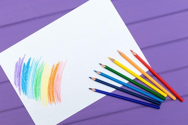 Lápis multicolorido com papel branco em branco
