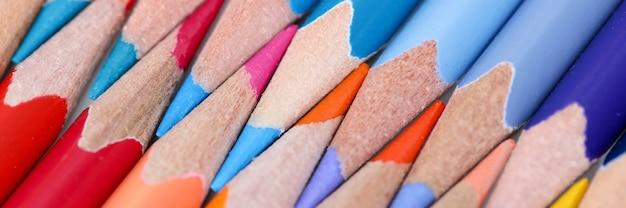 Lápis multicoloridos com o conceito de aulas de desenho a lápis