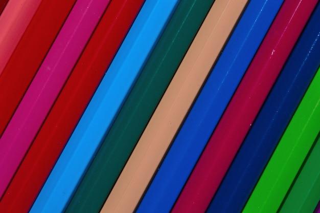Lápis multicoloridos dispostos uns aos outros.