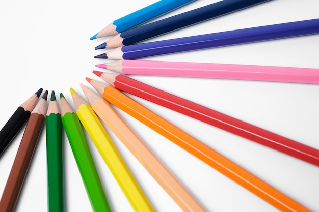 Lápis multicoloridos em branco, paleta de cores