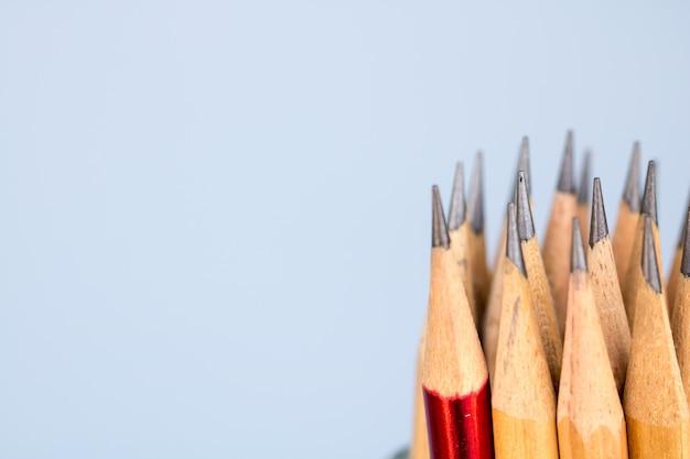 Lápis na mesa na luz da manhã