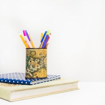 Lápis na pilha de cadernos