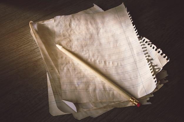 Lápis na pilha de papel governado