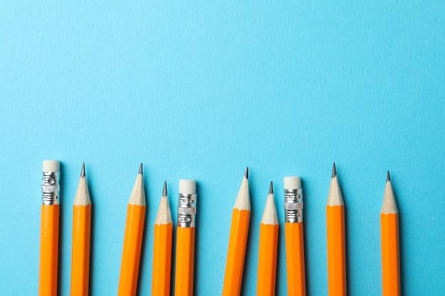 Lápis na superfície azul, espaço para texto