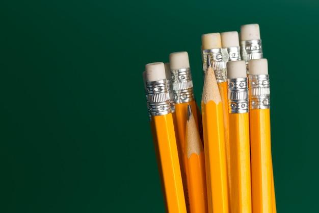 Lápis na superfície verde