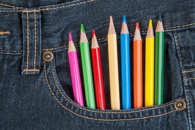 Lápis no bolso da calça jeans