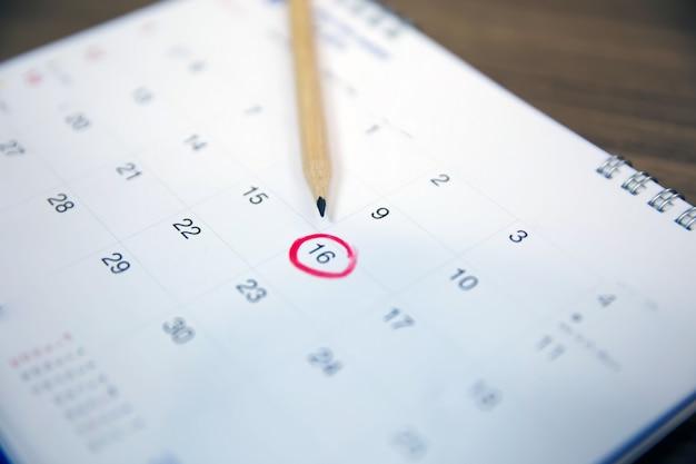Lápis no calendário, conceitos para planejador de eventos para reunião de negócios