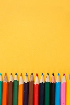 Lápis no fundo amarelo. copie o espaço